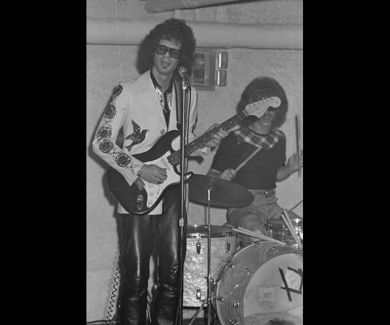 Al Kooper in a great outfit playing guitar.